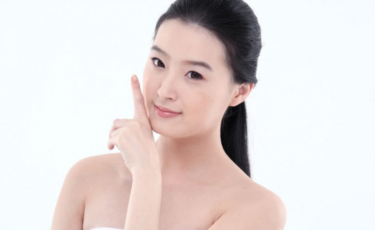 不管什么原因脸上长斑的女人,用这一物能够淡化色斑?美容护肤新闻资讯